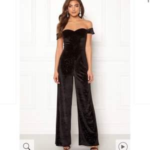 Säljer då min jumpsuit från bubbelroom i storlek 38 som är använd endast en gång!!! Jag är 170cm och den är några cm för lång men blir perfekt med klackskor! Kan skicka bild om så önskas!! Pris kan diskuteras vid snabbaffär!
