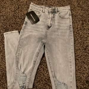 Tighta jeans med slits på knäna. Tighta.