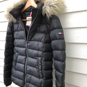 Superfin, skön, varm Tommy Jeans Essential Jacket i mycket fint skick. Inte mycket använd! Storlek S. Inköpt för 2400kr.  Jag fixar frakten :)
