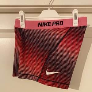 Nike Pro shorts i fint skick!  Kan mötas upp i Västerås, annars står köparen för frakten.