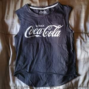 Kort top Coca Cola använd endast en gång stl xs köpt på River Island.