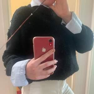Svart stickad tröja från lager 157 i storlek S. Tröjan är relativt nopprig som det går att se på bilderna därav det låga priset. Perfekt att använda över skjorta eller bara att mysa i. Köparen står för frakt. Pris går att diskutera😇