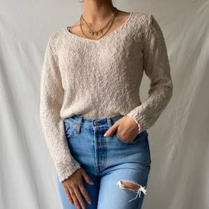 🌊 SOFT CREAM WHITE/BEIGE KNITTED JUMPER/SWEATER WITH GOLD EMBROIDERED THREAD AND V-NECK. MADE IN ITALY.  • SIZE - EU 34 / XS (fits S too) • BRAND - Container  • MATERIAL - Viscose  MY MEASUREMENTS • Height 161cm / 5'3