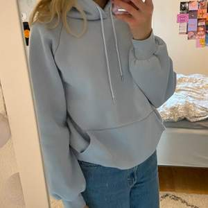 Sjukt mjuk och tjock hoodie i pastellblå färg! Endast använd fåtal gånger. Från shein! Om du har några frågor är det bara att höra av sig! Frakt: 63kr❤️