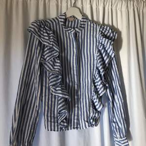 En super söt blus från H&M bra skick och kvalitet!