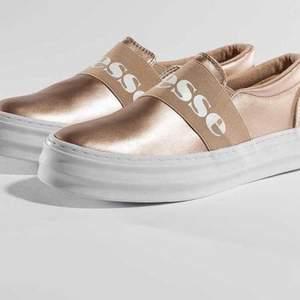 Snygga skor från ellesse i en rose metallic färg, bra skick, går att rengöra skorna:) storlek 38