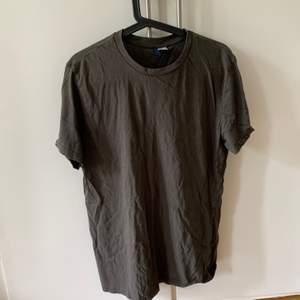 Snygg grå/grön t-shirt.