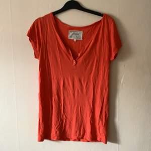 Orange t-shirt från Bik Bok