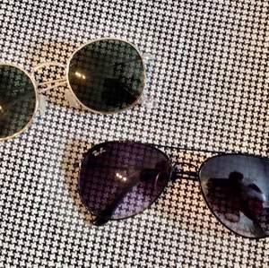 Säljer dessa två super snygga och i princip oanvända solglasögon, bägge onesize. Runda solglasögon - 30kr. Rayban - 50kr. Vet ej om rayban glasögonen är äkta och har somsagt haft dem bara liggandes utan användning i flera år därav låga priset