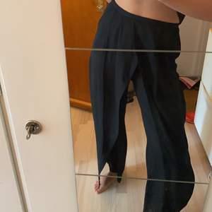 snygga vida svarta byxor från weekday. halvtransparenta. bra till fest och vardags.