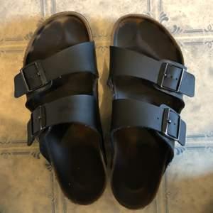 Använda svarta Birkenstocks i Arizona modell. Fint skick:-)