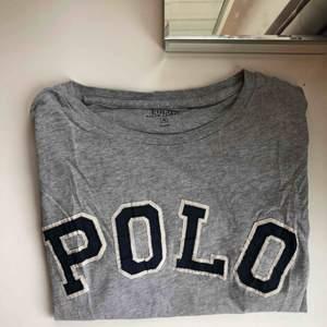 """Grå oversized t-shirt från ralph lauren. Köpt på herravdelningen men fungerar lika bra som en """"dam"""" tröja, beroende på hur man vill att den ska sitta🥰"""