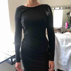 Svart långärmad klänning med guld dragkedja som gör att spänna så mycket man behöver/vill, från Rebecca Stella! Bara provad och prislapp finns kvar. Frakt tillkommer 40kr