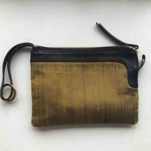 Superfin liten väska från Acne i thaisiden och skinn i fint skick! 20 x 15 cm. Innehåller fack för kort så kan även användas som plånbok.