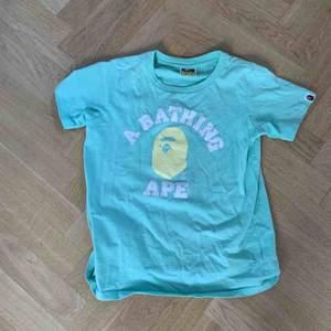 Säljer min bape t-shirt. Inte använd så många gånger, skick 10/10.Tröjan är i dam men jag som är kille har använt den. jag har lagt ut den för 850 kr men pris kan diskuteras. Nypris: 1300 kr