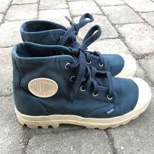 Jättecoola skor från palladium som knappt är använda då dom är för små. Dom är inte så smutsiga på sulan som de ser ut, de är en gräddvit färg! Frakt tillkommer på 63kr!!! (300+63) Pris kan diskuteras vid snabb affär