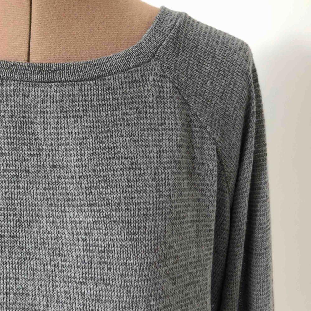 Supermjuk, skön och tunn grå tröja. Toppenskick. Priset är inklusive frakt.. Tröjor & Koftor.