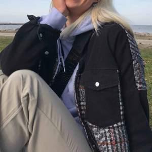 Säljer min coola populära Zara jacka som är i storlek L, så den sitter verkligen oversized och är ashärlig! Den är fläckfri och knappt använd. Säljer för billigt pris för vill bli av med kläder jag ej använder! 👍🏼🌟