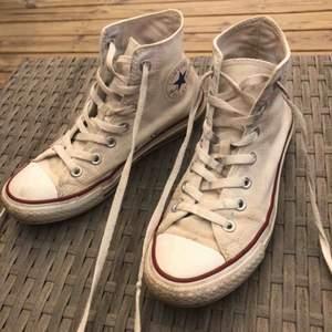 Ett par väldigt slitna vita Converse med lite fläckar, de mesta av smutsen går nog bort om man tvättar dem. Frakt är inte inräknat i priset.🥰