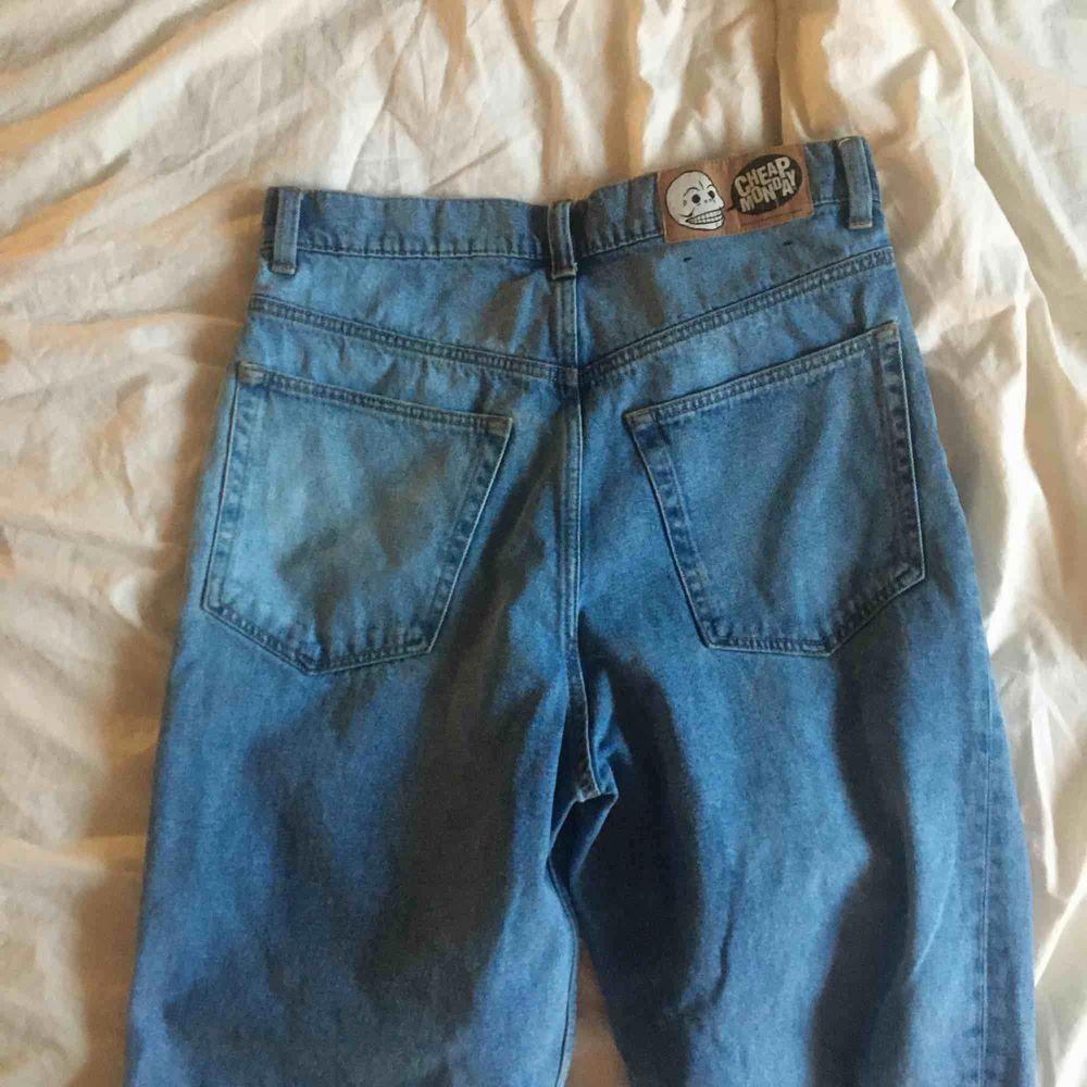 Säljer nu dessa snygga jeans för ett bra pris. Köpte från Junkyard märket är cheap monday. Säljs p.g.a de är för stora för mig!🤩🥰. Jeans & Byxor.