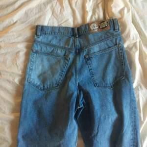 Säljer nu dessa snygga jeans för ett bra pris. Köpte från Junkyard märket är cheap monday. Säljs p.g.a de är för stora för mig!🤩🥰
