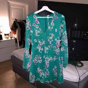 Säljer nu en helt oanvänd klänning ifrån Nelly.com. Superfint men tyvärr inte fått någon som helst användning för den. Jättebra nu till sommar😊 sitter perfekt på mig som är en 36a i vanliga fall. Alla lappar sitter kvar.