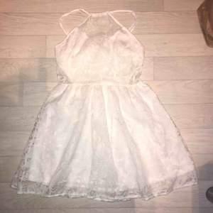 En superfin vit klänning som endast är använd en gång, säljer på grund av att den inte passar mig längre. Frakt ingår inte i priset🥰