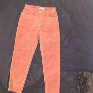 säljer ett par rosa manchester byxor. Säljs eftersom dom är för små för mig. Dessa byxor är ganska små så dom skulle passa någon som är ca 140-145 cm lång. Super fint skick!