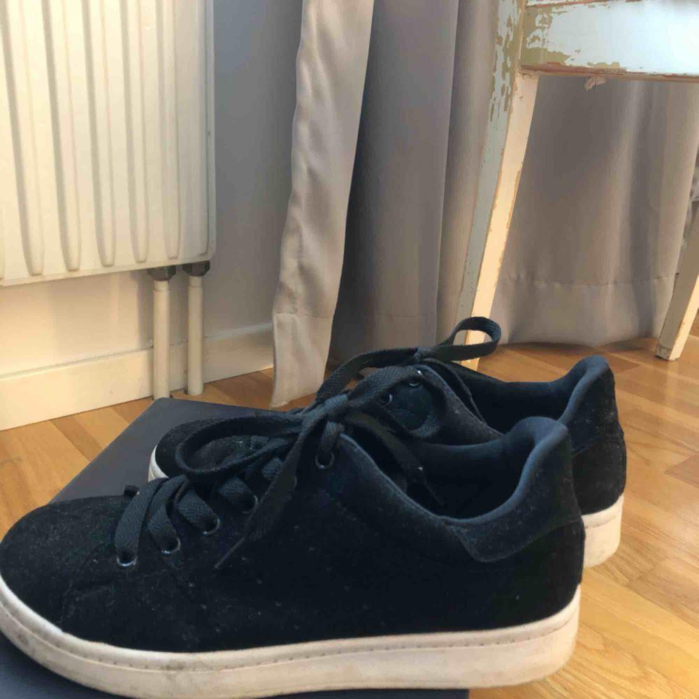 Säljer dessa svarta skor pga försmå💞💞. Skor.