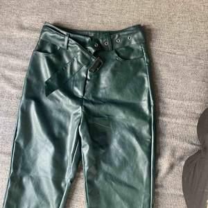 Säljer dessa snygga byxor, då de tyvärr är för små för mig😔 dom är helt nya, bara provade men har ingen lapp kvar.🌷   Möts upp i Stockholmsområdet eller fraktar🥰