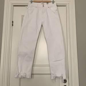 Vita jeans med slitning. HM Trend