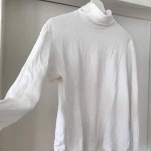 Den perfekta vita polon. Jätte mjuk och passar både under en stickad t vintern eller som den är nu i sommar. Köparen står för frakten.