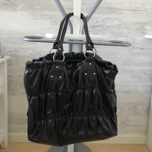 En lite mer gammaldags strandväska/handväska som är praktiskt och rymlig, men som inte kommer till användning. Hör av er vid intresse 💕 idag endast 110 kr