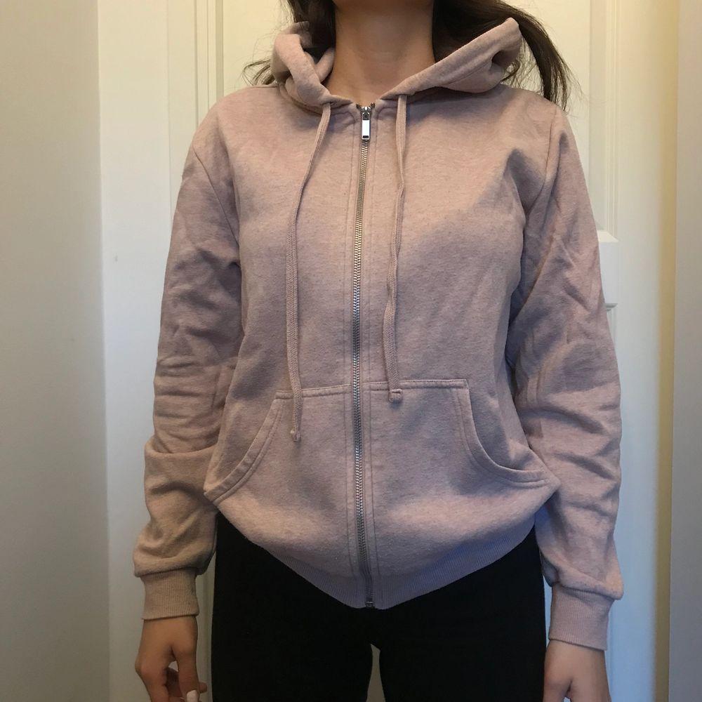 Använd skön tröja, storlek M🌸 Köparen står för frakten🌸. Huvtröjor & Träningströjor.