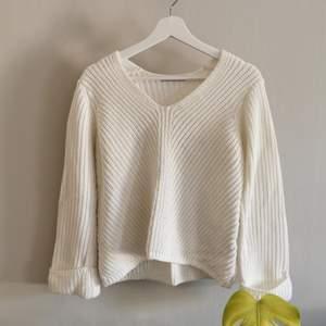 Stickad tröja från Gina Tricot, breda uppvikta ärmar, nästan aldrig använd. Köparen står för frakt.