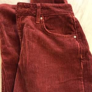 Fina vinröda Manchester byxor med modell kort vid ankeln. Byxorna är i storlek 36 och min längd är 177cm.