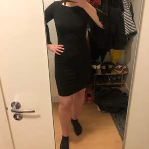 Ganska kort svart Calvin Klein klänning. Använd 3-4 gånger. Stretchigt men absolut inte genomskinligt material. Som ny! Kan skicka fler bilder!