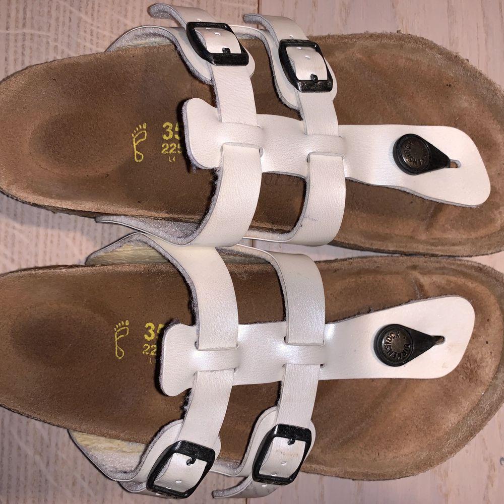 säljer min sandal i storlek 35. använder knappt.  du kunde se från skorna.  men det finns några små märken på fasaden.  du kunde se från bilden.. Skor.