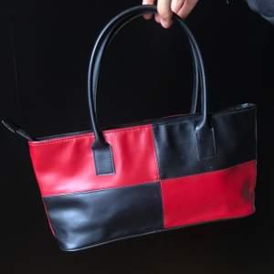 Supersnygg handväska!❤️🖤 Frakt tillkommer