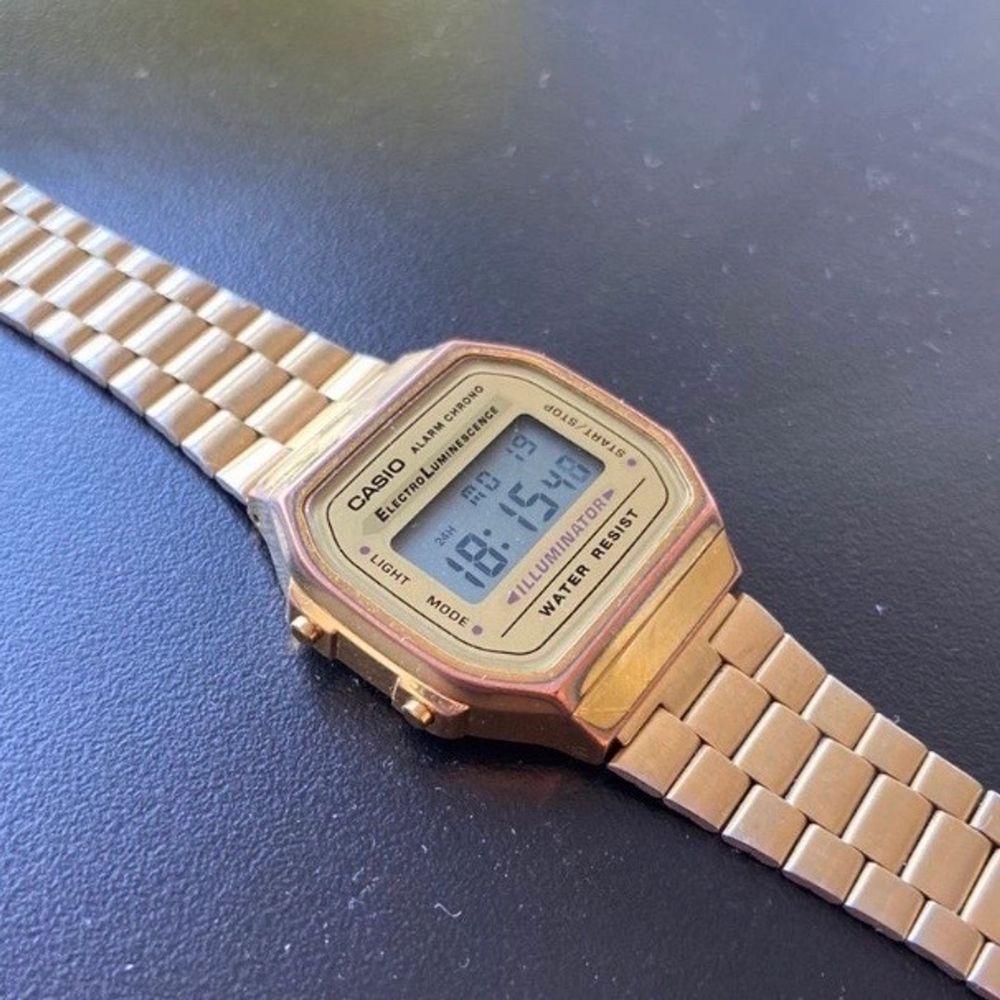 Guldig Casio klocka, säljes för 200kr.. Accessoarer.
