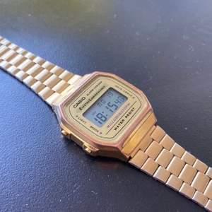 Guldig Casio klocka, säljes för 200kr.