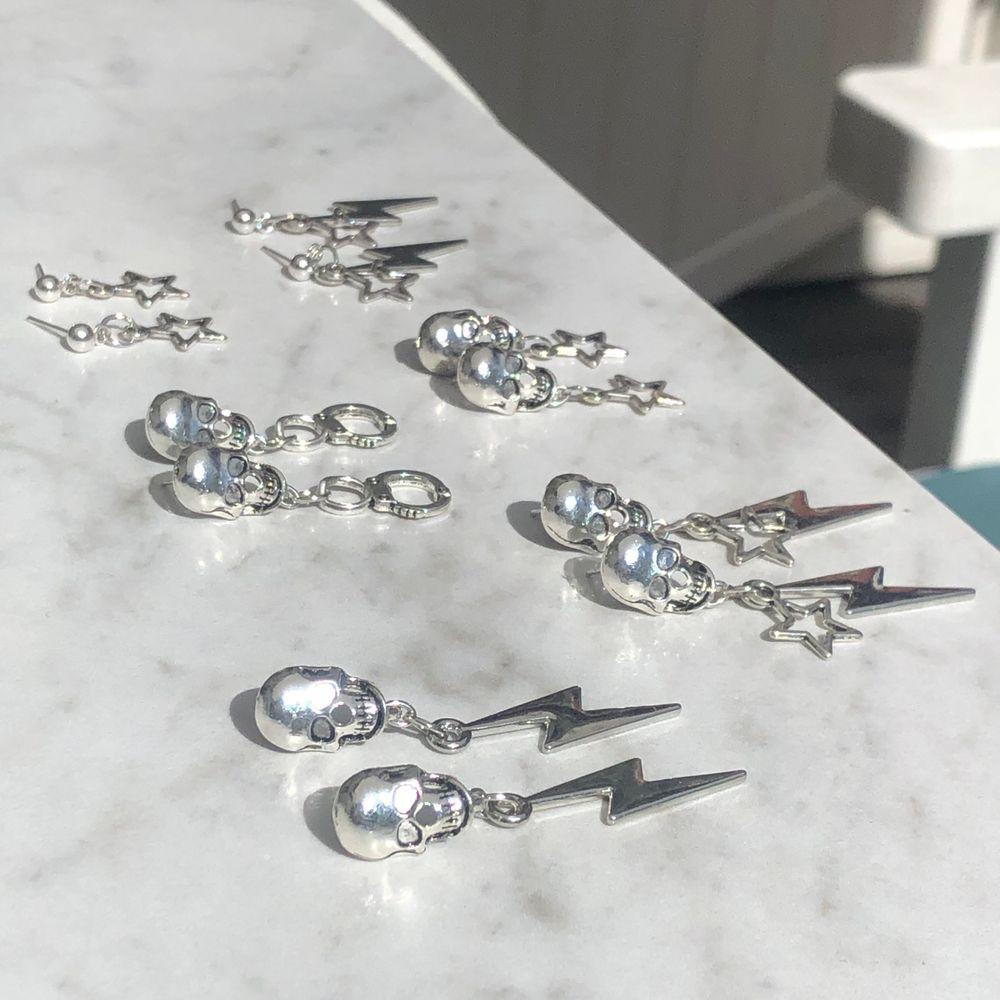 SKITSNYGGA örhängen 😍😍😍 örhängen med döskalle: 60kr+11kr frakt😩🤩🥺 vanligt örhänge: 55+ 11kr frakt😩😍❤️. Accessoarer.