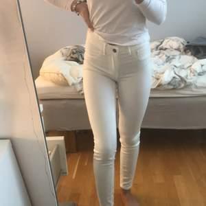 Fina vita jeans från vila. Storlek S Och i bra skick. Inte så genomskinliga för att vara vita. Säljer för 70kr