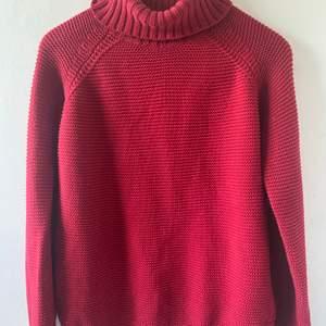 Röd stickad polotröja från ginatricot, använd ett par gånger. Vid önskemål av plagget på så är det bara att skriva. Betalningssätt diskuteras.