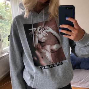 Säljer min oversized tupac hoodie från Junkyard. Den är köpt för 600kr och är änvänd 2 ggr.
