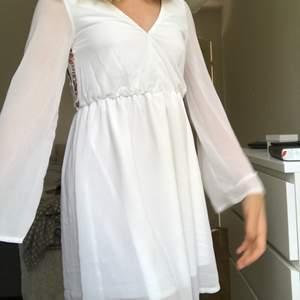 Super fin vit klänning perfekt till sommaren eller som konfirmatins klänning, har sytt till klänning så att V ringningen går längre upp☺️ men de går fint att bara sprätta upp om man vill de😁 super fin öppen rygg