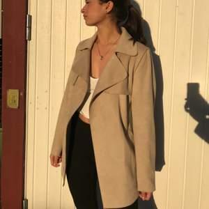 En super snygg kappa från H&M i storlek 34. Har knappt använt den. Det är bara att skriva om du har någon fråga💕