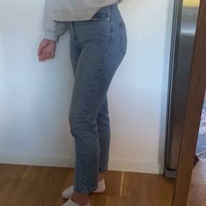 Säljer skönaste mom jeansen från Gina tricot i modellen dagny mom jeans. Storlek 36 köpta för 499 och i nyskick❤️ frakt är spårbar 60 kr