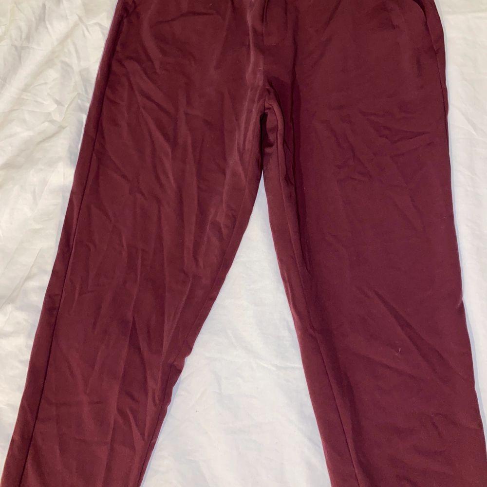 Röda och väldigt snygga och mjuka kostymbyxor som sitter jättesnyggt på. En XS och en S kan ha dessa. Dom är använda va 3 ggr och sedan tvättade. Bra skick. Frakt tillkommer . Jeans & Byxor.