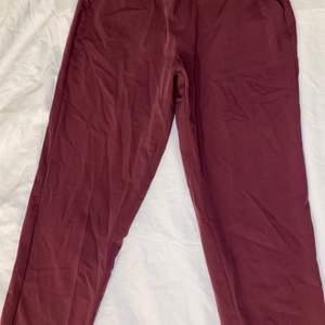 Röda och väldigt snygga och mjuka kostymbyxor som sitter jättesnyggt på. En XS och en S kan ha dessa. Dom är använda va 3 ggr och sedan tvättade. Bra skick. Frakt tillkommer